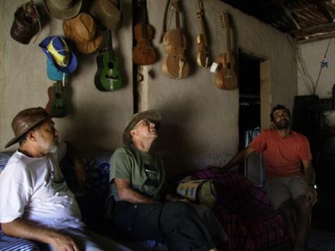 Rabecas, tambores, brinquedos...Sebastião Pereira, fala do seu ofício para Germano e Brasinha.